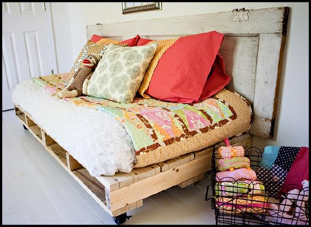 Puedes crear una especie de sofá cama con trozos de madera de las cajas usadas en los supermercados, y luego decorarlo a tu gusto con telas y cojines de colores.