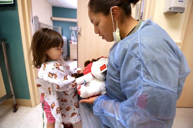 Estudiantes llevan sonrisas y regalos a niños hospitalizados