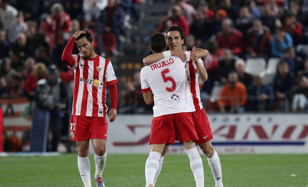 Vela anota pero la Real es superada en voltereta del Almería