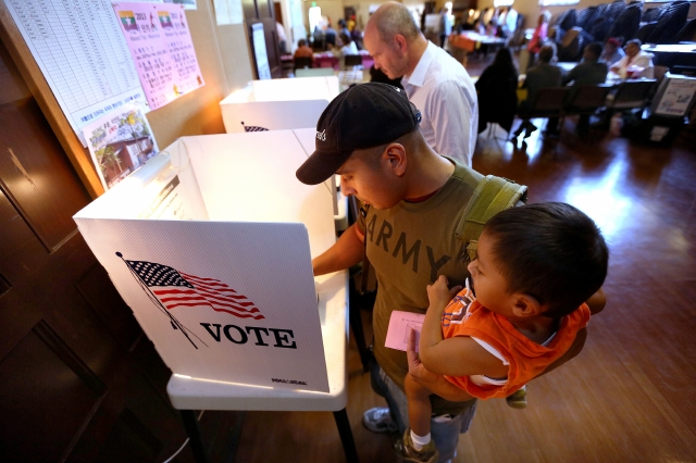 Esperan mayor número de votantes latinos en California