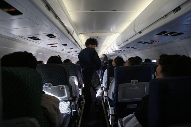 Pasajeros de un avión se rebelan y evitan deportación de inmigrante