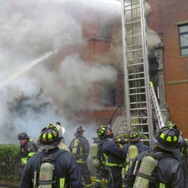 Dos bomberos mueren en incendio en Boston