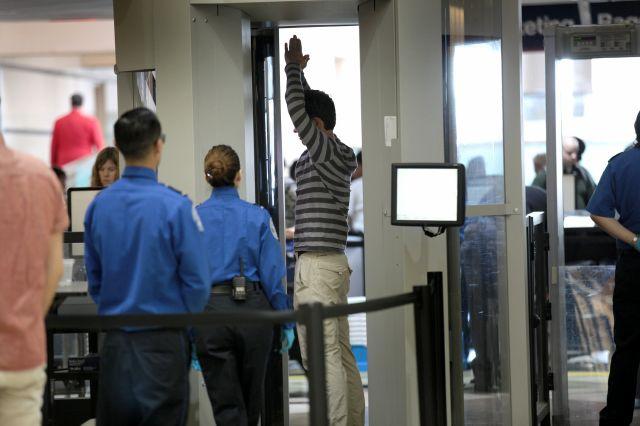 Recomiendan policías armados en aeropuertos tras tiroteo en LAX