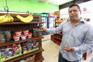 Latino cambia comida chatarra por fruta fresca en tienda de LA