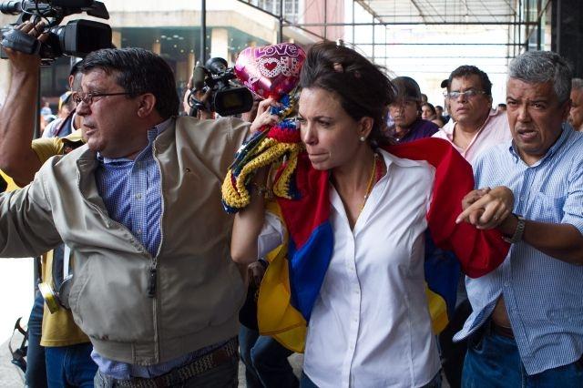Impiden a dirigente opositora llegar al Parlamento venezolano
