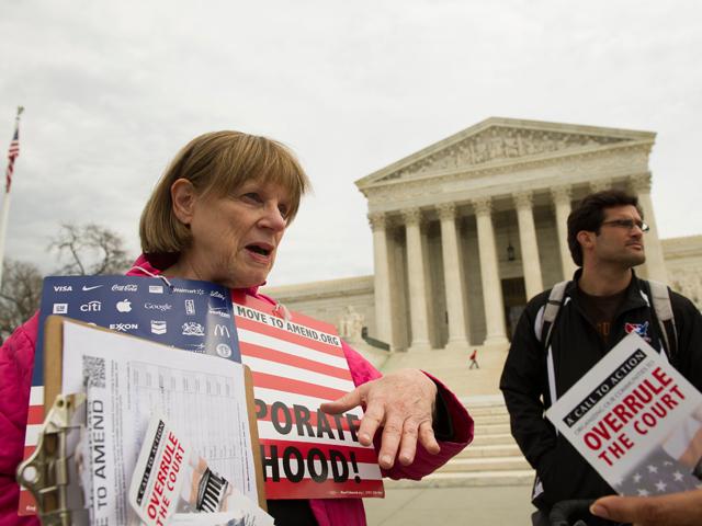 Joan Stallard (i), de Washington DC habla sobre  derribar el límite se puede donar a políticos aceptado por la Corte Suprema, en Washington DC.