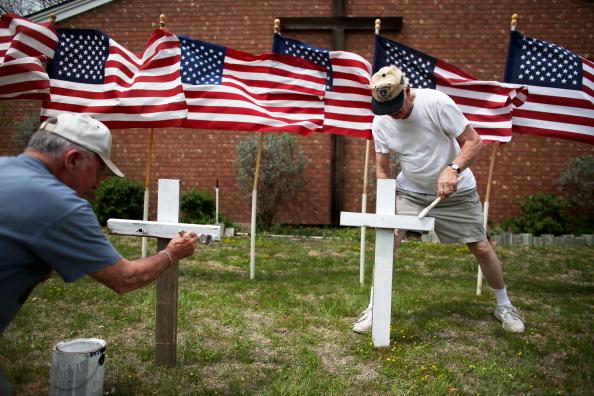 Vecinos de Killeen colocan cruces cerca de una iglesia, en memoria de las víctimas del tiroteo en Fort Hood.
