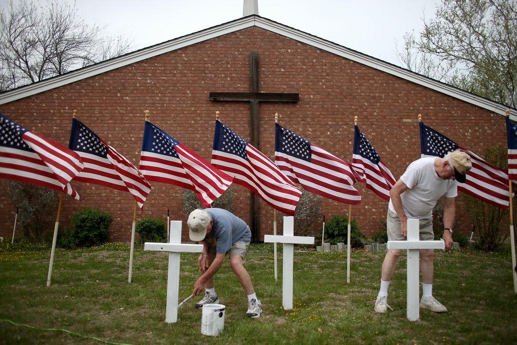 Cruces cerca de una iglesia, en memoria de las víctimas de un tiroteo en Fort Hood en el 2014.