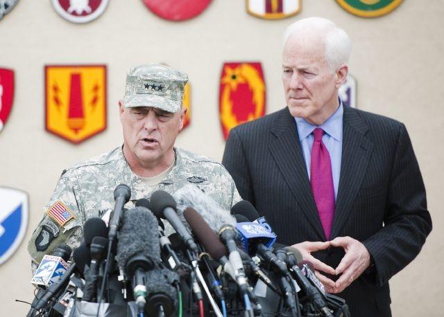 El teniente general Mark Milley (i), comandante general de la base Fort Hood, y el senador estadounidense John Cornyn (d) se dirigen a periodistas en la base militar de Fort Hood.