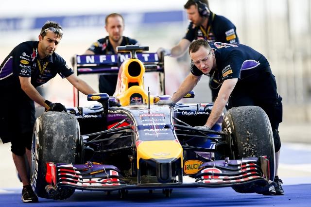 Mécanicos sacan de la pista de Sakhir el auto del alemán Sebastián Vettel, quien quedó  eliminado de la carrera de hoy.