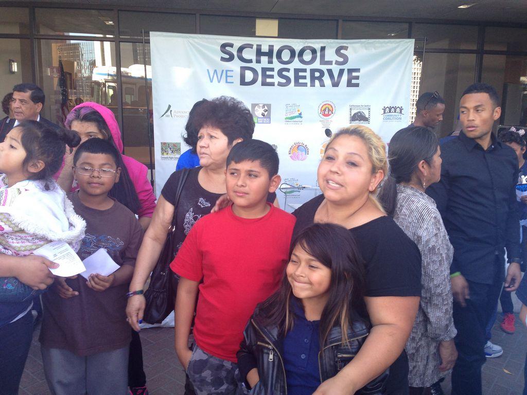 Protestan para exigir recursos en escuelas de LAUSD