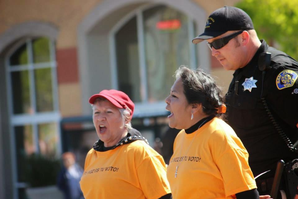 Mujeres activistas en San José fueron esposadas y arrestadas por actos de desobediencia civil pacífica al exigir un alto a la deportación de inmigrantes en EEUU.
