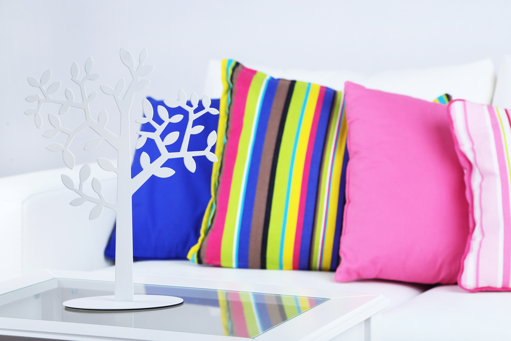 Usa la ropa que ya no utilices para crear coloridas almohadas.