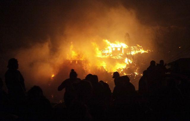 En Chile luchan por sofocar gran incendio en Valparaíso