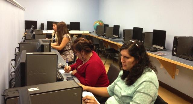 Padres latinos reciben clases de computación como parte de los programas de Toberman Neighborhood Center.