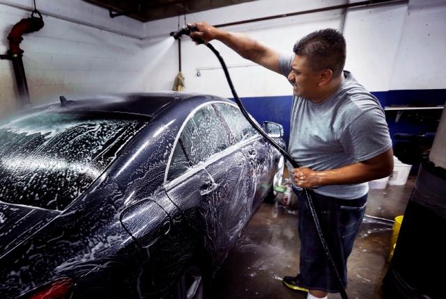 Latinos dueños de un  autolavado dan  ejemplo