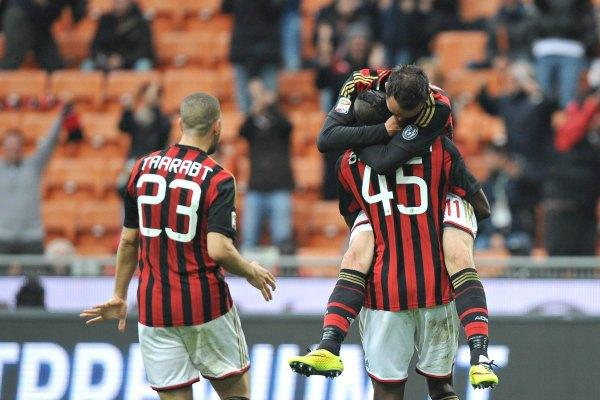 Giampaolo Pazzini, del AC Milán, celebra con sus compañeros Mario Balotelli y Adel Taarabt su gol frente al Livorno