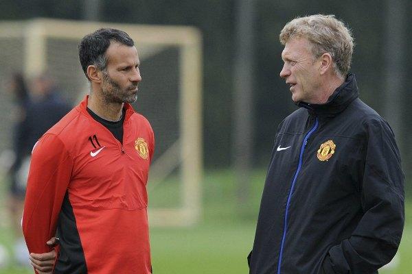 Fotografía de archivo tomada el 1 de octubre de 2013 que muestra al entrenador del Manchester united, David Moyes (dcha), conversando con su jugador Ryan Giggs