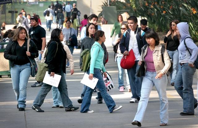 Latinos sobrepasan a blancos en sistema UC