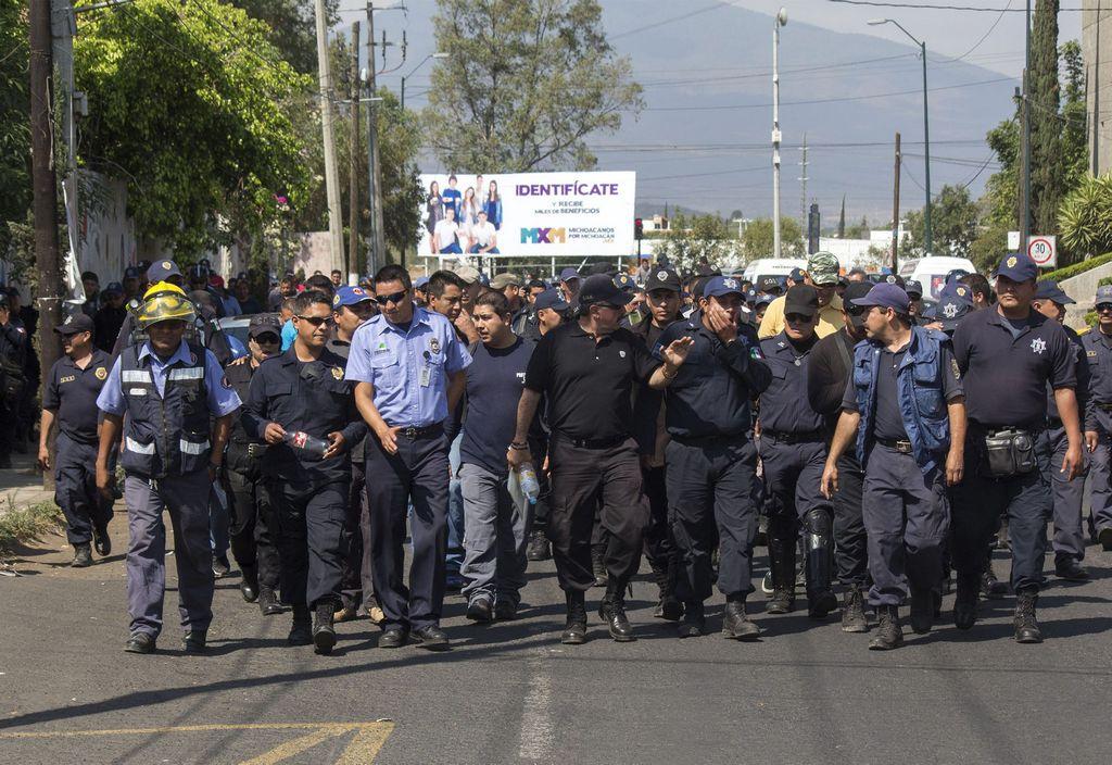 Dan de baja casi un centenar de policías en Michoacán