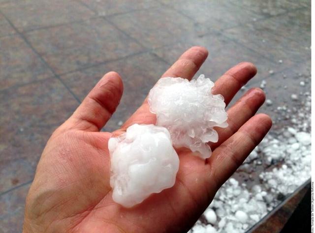Una fuerte granizada con fuertes vientos se registró en Xalapa, Veracruz, causando varios daños a techos y automóviles.
