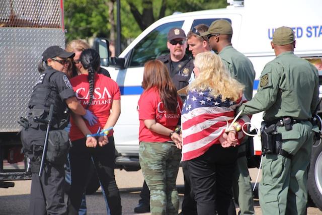 Arrestan 12 activistas frente a Casa Blanca tras protesta pro-reforma