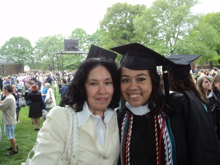 Gloria Gálvez, junto a su hija Lizzette Arias, quien se graduó del Moravian College, en Pensilvania.