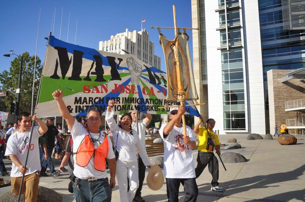 Hasta un estandarte de la Virgen de Guadalupe inspira a etos trabajadores inmigrantes durante la manifestación en San José.