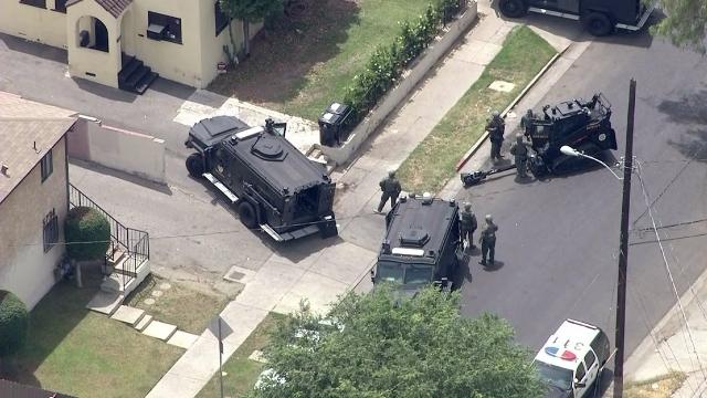 Mujer atrincherada en Highland Park, equipo SWAT responde