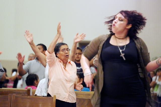 Católicos 'carismáticos' inyectan alegría a su iglesia