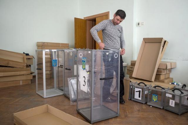 Un miembro de la autodeclarada república de Donetsk prepara una urna para la votación  en uno de los centros que se usarán para el referéndum, ayer.