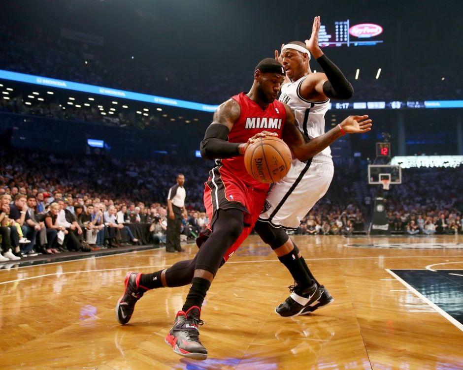 LeBron James vuela sobre los Nets y encarrila la serie