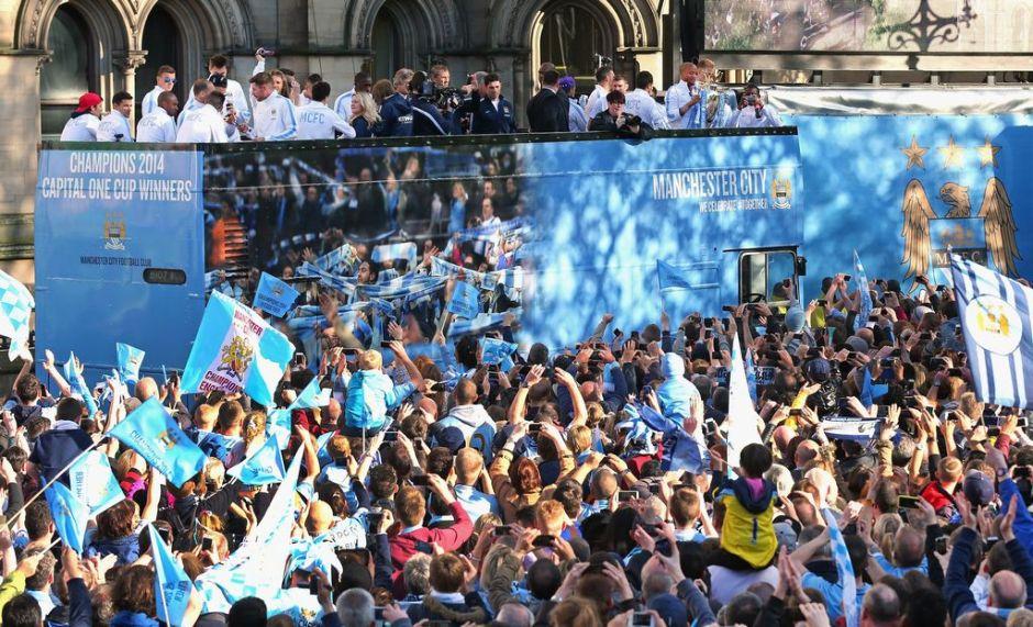Miles de 'Citizens' celebran el campeonato en Manchester