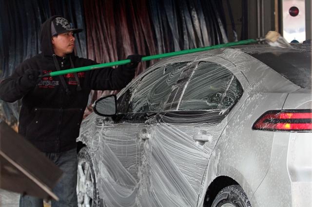 Lavadores de carros en Queens logran contrato y aumento salarial