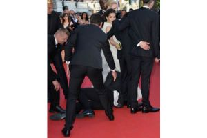 Hombre se mete bajo de la falda de América Ferrera en Cannes