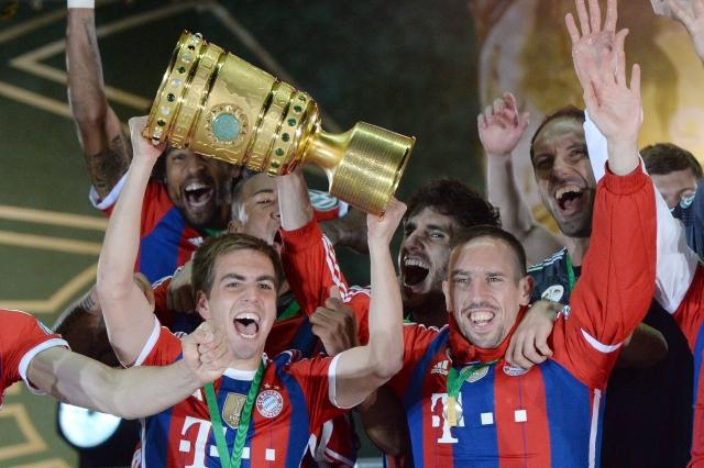 Philipp Lahm (izq.) y Franck Ribery celebran felices el título de la Copa Alemana, ayer.
