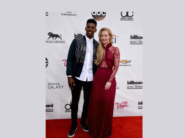 Iggy Azalea se deja ver con su novio en los Billboard