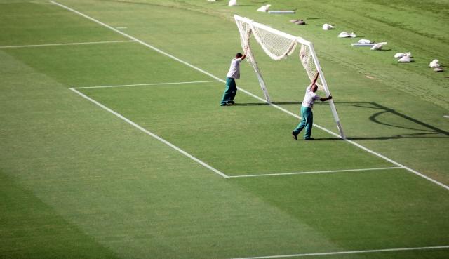Trabajadores colocan una portería en el mítico estadio Maracaná, que hoy será entregado a la FIFA para el Mundial.
