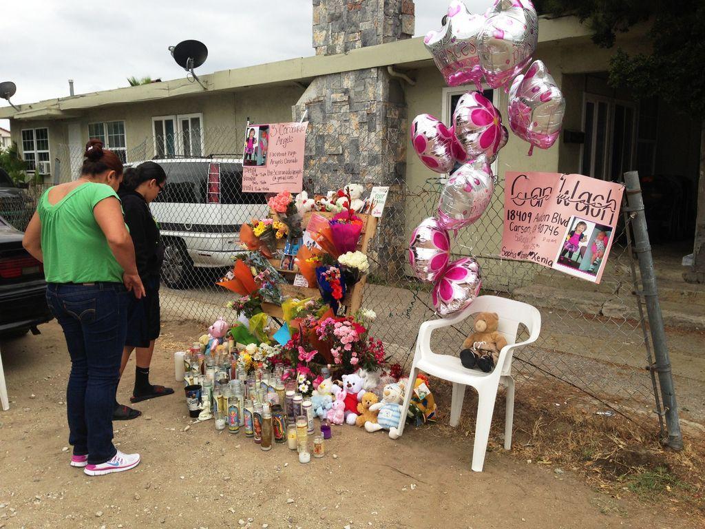 Muchos se acercan conmovidos al altar en memoria a las niñas asesinadas en Torrance.