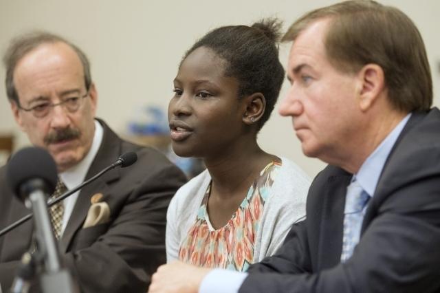 La superviviente de 15 años, Deborah Peter (c), de uno de los ataques de Boko Haram, participa en una rueda de prensa en el Capitolio, en Washington, D. C.,