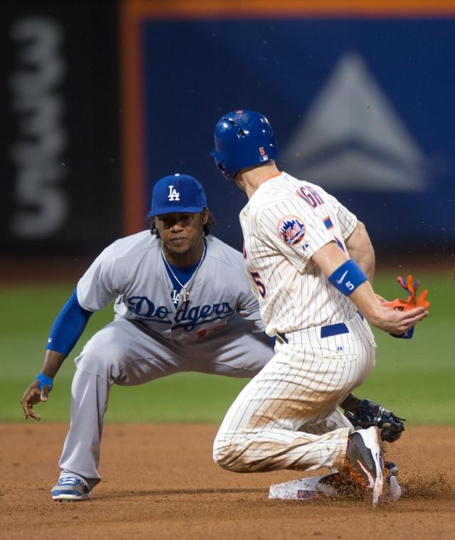 Hanley Ramírez (izq.) elimina a David Wright quien intentaba robarse la segunda base en el tercer inning del encuentro de ayer.