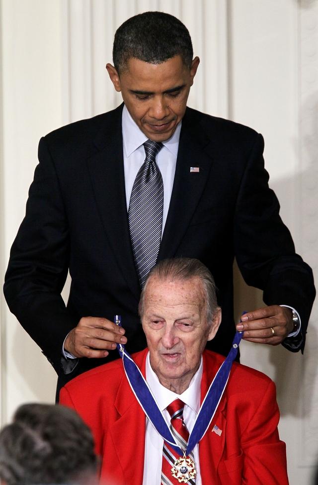 El presidente Obama condecora al legendario Stan Musial.