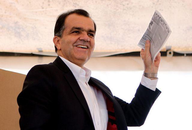 Zuluaga gana elecciones en Colombia y disputará segunda vuelta con Santos