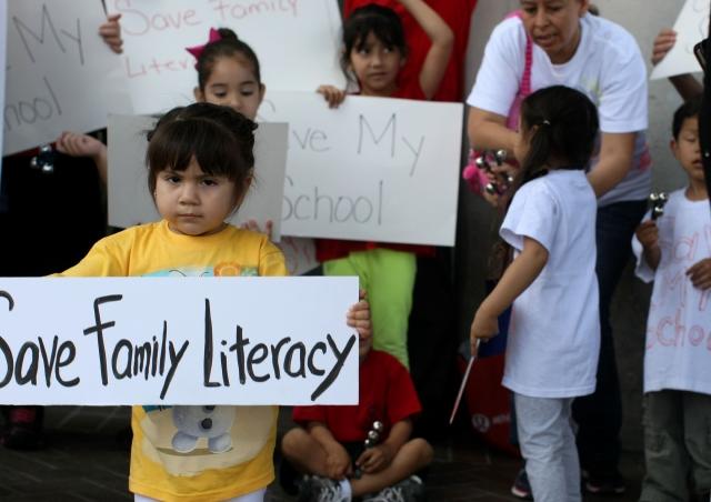 Ameri De La Cruz, de 2 años de edad, participa en una protesta por el cierre casi inminente del programa de alfabetismo 'Family Literacy'.