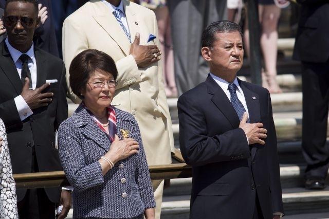 El secretario de Asuntos de Veteranos Eric Shinseki, y su esposa Patricia participan en los actos de conmemoración del Día de los Caídos, en el cementerio de Arlington, Virginia, el 26 de mayo de 2014.