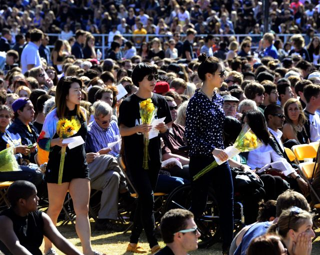 Asistentes en un evento en memoria de los seis estudiantes de UCSB muertos y los 13 heridos en un tiroteo en la ciudad universitaria de Isla Vista.