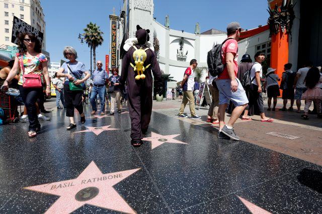 Visitantes del famoso Paseo de la Fama de Hollywood.
