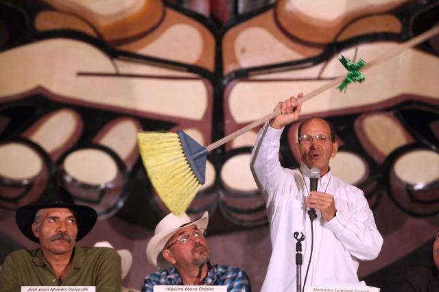 Juan José Mireles (izq.), Hipólito Mora y el padre Alejandro Solalinde ayer en Ciudad de México.