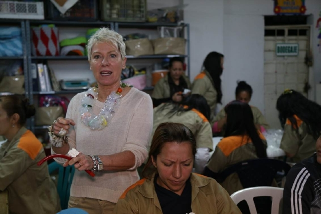 Tatiana Pagés (izquierda), en su último viaje a Bogotá, trabajando con varias de  las reclusas.