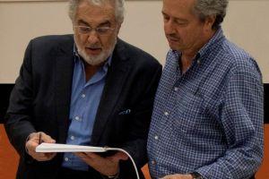 Plácido Domingo entrega premio a  Lee Holdridge
